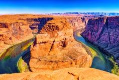Η πεταλοειδής κάμψη είναι ένας horseshoe-shaped χαραγμένος μαίανδρος του ποταμού του Κολοράντο στοκ εικόνα με δικαίωμα ελεύθερης χρήσης