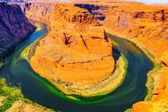 Η πεταλοειδής κάμψη είναι ένας horseshoe-shaped χαραγμένος μαίανδρος του ποταμού του Κολοράντο στοκ φωτογραφίες