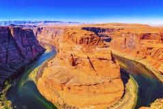 Η πεταλοειδής κάμψη είναι ένας horseshoe-shaped χαραγμένος μαίανδρος του ποταμού του Κολοράντο στοκ φωτογραφίες με δικαίωμα ελεύθερης χρήσης