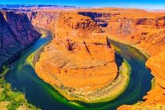 Η πεταλοειδής κάμψη είναι ένας horseshoe-shaped χαραγμένος μαίανδρος του ποταμού του Κολοράντο στοκ φωτογραφία