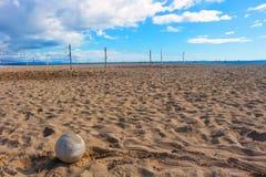 Η πετοσφαίριση κάθεται στο δικαστήριο άμμου με τον ωκεανό πέρα Στοκ φωτογραφία με δικαίωμα ελεύθερης χρήσης