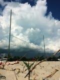 Η πετοσφαίριση στην παραλία με τα σύννεφα στο υπόβαθρο, σωρείτης καλύπτει πριν από την παραλία της Ουκρανίας καταιγίδας στοκ φωτογραφίες