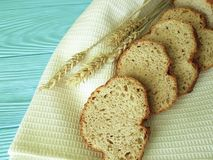 Η πετσέτα αυτιών ψωμιού σε μια μπλε ξύλινη τεμαχισμένη διατροφή μεσημεριανού γεύματος ψήνει την υφαντική υγεία Στοκ Φωτογραφίες