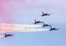 Η πετώντας επίδειξη και aerobatic παρουσιάζει της επίδειξης τ Al Fursan Ε.Α.Ε. Στοκ εικόνα με δικαίωμα ελεύθερης χρήσης