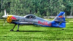 Η πετώντας ομάδα zlin-50LX ακροβατικών ταύρων που προετοιμάζεται για να μετακινηθεί με ταξί για την απογείωση στοκ εικόνες