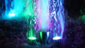 Η πηγή, αναμμένη από τα πολύχρωμα φω'τα Στοκ Εικόνα