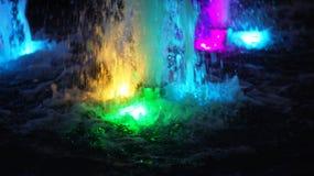 Η πηγή, αναμμένη από τα πολύχρωμα φω'τα Στοκ Εικόνες