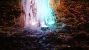 Η πηγή, αναμμένη από τα πολύχρωμα φω'τα Στοκ Φωτογραφίες
