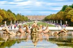 Η πηγή απόλλωνα και οι κήποι του παλατιού των Βερσαλλιών κοντά στο Παρίσι στοκ φωτογραφίες