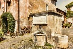 Η πηγή πόσιμου νερού στο della Rocca πλατειών - μεσαιωνικό χωριό Ostia Antica Ρώμη Στοκ εικόνα με δικαίωμα ελεύθερης χρήσης