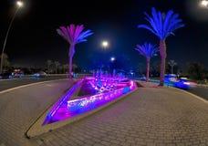 Η πηγή στην κεντρική είσοδο της πόλης τη νύχτα στοκ φωτογραφίες με δικαίωμα ελεύθερης χρήσης