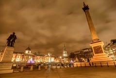 Η πηγή στη πλατεία Τραφάλγκαρ τη νύχτα στο Λονδίνο, UK Στοκ εικόνα με δικαίωμα ελεύθερης χρήσης