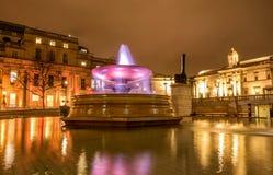 Η πηγή στη πλατεία Τραφάλγκαρ τη νύχτα στο Λονδίνο, UK Στοκ Εικόνες