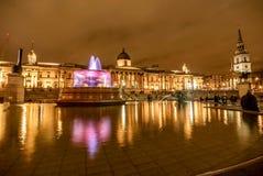 Η πηγή στη πλατεία Τραφάλγκαρ τη νύχτα στο Λονδίνο, UK Στοκ εικόνες με δικαίωμα ελεύθερης χρήσης