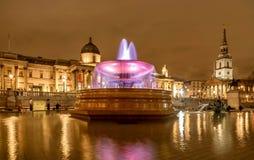 Η πηγή στη πλατεία Τραφάλγκαρ τη νύχτα στο Λονδίνο, UK Στοκ Εικόνα