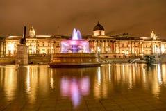 Η πηγή στη πλατεία Τραφάλγκαρ τη νύχτα στο Λονδίνο, UK Στοκ Φωτογραφίες