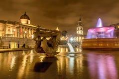 Η πηγή στη πλατεία Τραφάλγκαρ τη νύχτα στο Λονδίνο, UK Στοκ φωτογραφία με δικαίωμα ελεύθερης χρήσης