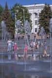 Η πηγή στο κύριο τετράγωνο Kramatorsk το καλοκαίρι - ψυχαγωγία όχι μόνο για τα παιδιά, αλλά και τους ενηλίκους στοκ φωτογραφία με δικαίωμα ελεύθερης χρήσης