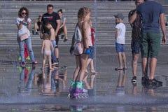 Η πηγή στο κύριο τετράγωνο Kramatorsk το καλοκαίρι - ψυχαγωγία όχι μόνο για τα παιδιά, αλλά και τους ενηλίκους στοκ εικόνα