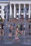 Η πηγή στο κύριο τετράγωνο Kramatorsk το καλοκαίρι - ψυχαγωγία όχι μόνο για τα παιδιά, αλλά και τους ενηλίκους στοκ φωτογραφίες
