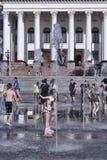 Η πηγή στο κύριο τετράγωνο Kramatorsk το καλοκαίρι - ψυχαγωγία όχι μόνο για τα παιδιά, αλλά και τους ενηλίκους στοκ εικόνες με δικαίωμα ελεύθερης χρήσης