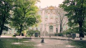 Η πηγή στο μουσείο ερημητηρίων στη Αγία Πετρούπολη απόθεμα βίντεο