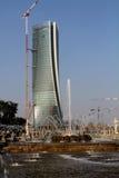 Η πηγή στο Giulio Cesare Place και ο πύργος Hadid κάτω από την κατασκευή σε CItylife  Μιλάνο, Ιταλία Στοκ Φωτογραφίες