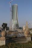 Η πηγή στο Giulio Cesare Place και ο πύργος Hadid κάτω από την κατασκευή σε CItylife  Μιλάνο, Ιταλία Στοκ φωτογραφία με δικαίωμα ελεύθερης χρήσης