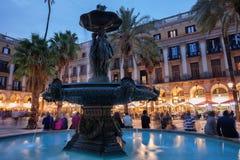 Η πηγή τριών κοσμεί στη Βαρκελώνη Placa Reial Στοκ Εικόνες
