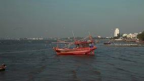 Η πιάτο-βάρκα ατόμων βιντεοσκοπημένων εικονών 1920x1080 αποθεμάτων εγκατέλειψε βαρκών το αναδρομικό ταϊλανδικό θάλασσας διακοπών  απόθεμα βίντεο