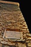 Η πινακίδα σε έναν πύργο πετρών με την επιγραφή στα γαλλικά & x22 Γύρος Λα carrée - musée des traditions locales& x22  Στοκ φωτογραφία με δικαίωμα ελεύθερης χρήσης