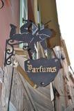 Η πινακίδα σιδήρου στο vide cupids με την επιγραφή Parfums Στοκ Εικόνες