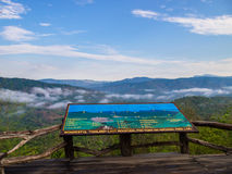 Η πινακίδα του βουνού ταϊλανδικός-Λάος στα ξύλινα μπαλκόνια με τη θέα βουνού στο εθνικό πάρκο Phu Suan Sai Στοκ Εικόνες
