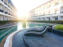 Η πισίνα είναι μεταξύ του κτηρίου στοκ φωτογραφία με δικαίωμα ελεύθερης χρήσης