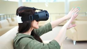Η πλάγια όψη συγκέντρωσε την ευτυχή απόλαυση γυναικών χρησιμοποιώντας τα σύγχρονα γυαλιά εικονικής πραγματικότητας απόθεμα βίντεο