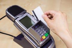 Η πλαστική κάρτα πληρώνει Στοκ εικόνες με δικαίωμα ελεύθερης χρήσης