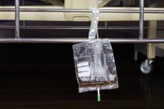 Η πλαστική τσάντα συλλογής ούρων κρεμά κάτω από το υπομονετικό κρεβάτι στο νοσοκομείο Στοκ εικόνες με δικαίωμα ελεύθερης χρήσης