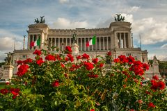 Η πλατεία Venezia, εθνικό μνημείο σε Vittorio Emanuele ΙΙ συσσώρευσε με τα κόκκινα τριαντάφυλλα, Ρώμη Στοκ φωτογραφίες με δικαίωμα ελεύθερης χρήσης