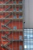 Η πλεγμένη εξωτερική σκάλα πετά τις σκιές στοκ φωτογραφία