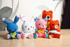 Η πλεκτή γάτα παιχνιδιών, αντέχει, κουνέλι, λαγοί, χειροποίητοι Στοκ φωτογραφία με δικαίωμα ελεύθερης χρήσης