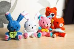 Η πλεκτή γάτα παιχνιδιών, αντέχει, κουνέλι, λαγοί, χειροποίητοι Στοκ Φωτογραφία