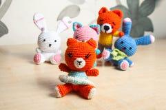 Η πλεκτή γάτα παιχνιδιών, αντέχει, κουνέλι, λαγοί, χειροποίητοι Στοκ εικόνες με δικαίωμα ελεύθερης χρήσης