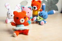Η πλεκτή γάτα παιχνιδιών, αντέχει, κουνέλι, λαγοί, χειροποίητοι Στοκ εικόνα με δικαίωμα ελεύθερης χρήσης