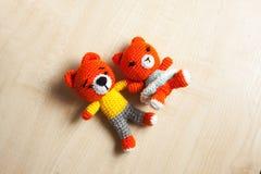 Η πλεκτή γάτα παιχνιδιών, αντέχει, κουνέλι, λαγοί, χειροποίητοι Στοκ φωτογραφίες με δικαίωμα ελεύθερης χρήσης