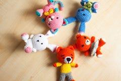 Η πλεκτή γάτα παιχνιδιών, αντέχει, κουνέλι, λαγοί, χειροποίητοι Στοκ Εικόνες