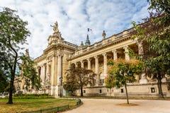 Η πλευρά ψάρεψε την άποψη του μεγάλου Palais des champs-à ‰ lysées στη λεωφόρο Winston Churchill, Παρίσι στοκ εικόνες με δικαίωμα ελεύθερης χρήσης