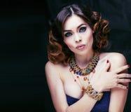 Η πλούσια γυναίκα ομορφιάς με τα κοσμήματα πολυτέλειας μοιάζει με ώριμο Στοκ Φωτογραφίες