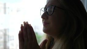Η πνευματική υγεία, δυστυχισμένη γυναίκα eyeglasses είναι νευρικό πλησίον παράθυρο στο εσωτερικό φιλμ μικρού μήκους
