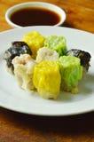 η ποικιλία έβρασε το κινεζικό αμυδρό ποσό με τη σάλτσα σόγιας στον ατμό Στοκ εικόνες με δικαίωμα ελεύθερης χρήσης