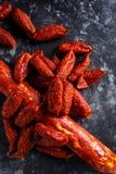 Η ποικιλία των ξηρών θεραπευμένων ισπανικών chorizo χοιρινού κρέατος λουκάνικων έκανε με την πάπρικα και το σκόρδο Στοκ Φωτογραφίες